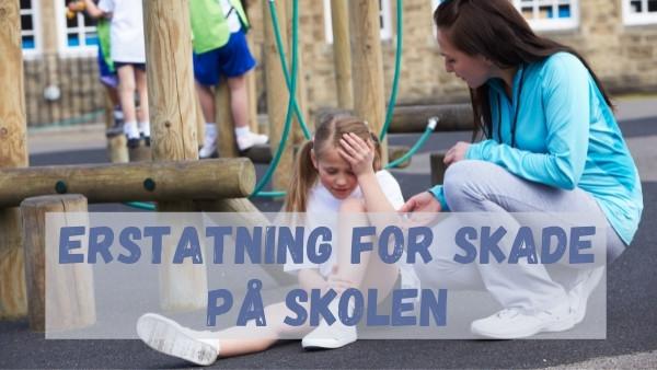 En liten jente som blir skadet under lek på skolen