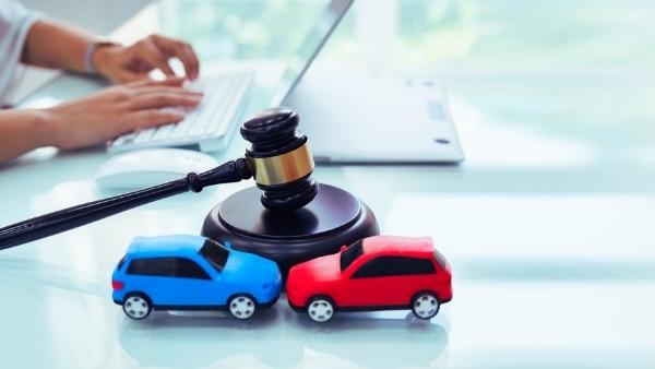 En advokat som svarer på spørsmål knyttet til bilansvarslovens anvendelsesområde