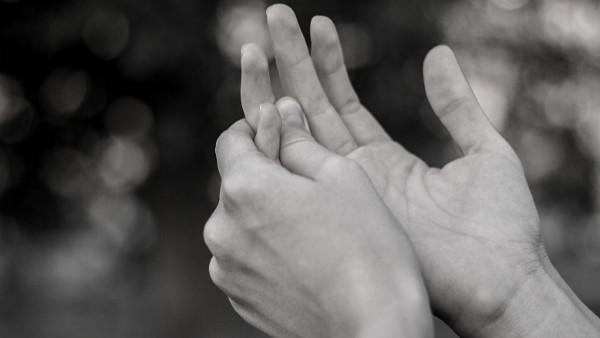 Ung kvinne med smerter i fingrene som følge av en yrkesskade