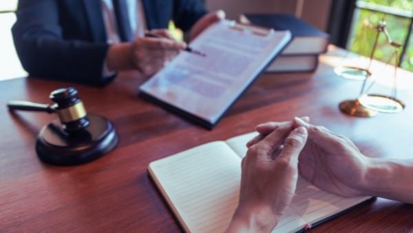 En advokat har et møte med sin klient angående gjenopptakelse av yrkesskadesak