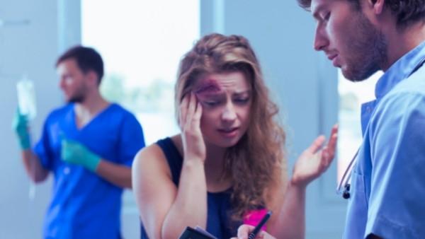 En kvinne som har fått en skade som følge som følge aven nødhandling