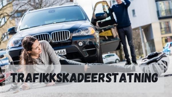 En kvinne ligger på bakken etter en trafikkulykke som hun senere vil kreve en trafikkskadeerstatning for