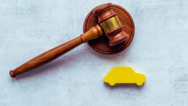 En dommerhammer som nettopp har blitt brukt i en rettsak som omhandlet avkortning av erstatning i trafikksaker