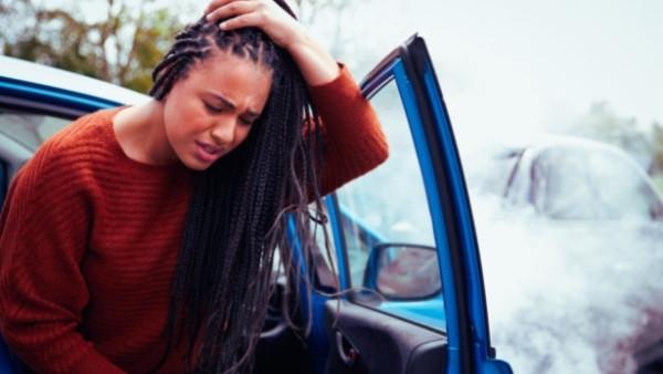 En kvinne som har pådratt seg en hodeskade som følge av en trafikkulykke