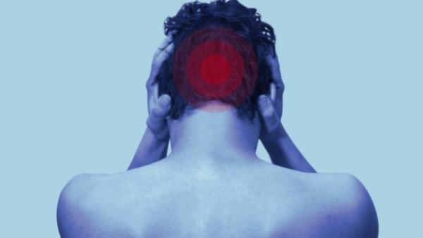 En mann som har fått en alvorlig hodeskade som følge av en bilulykke