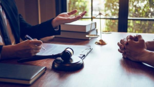 En advokat og en klient som har opplevd økonomisk tap som følge av korrupsjon