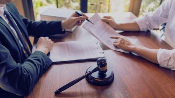 En klient som har vært del av en bilulykke diskuterer med en advokat fordi han har sporsmål som gjelder bilansvarslova 19